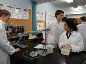 化学の実験も英語で。