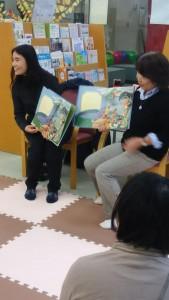 日本で子育てをしている母親たちが 多言語電子絵本の制作に取り組む (写真提供:NHK厚生文化事業団)